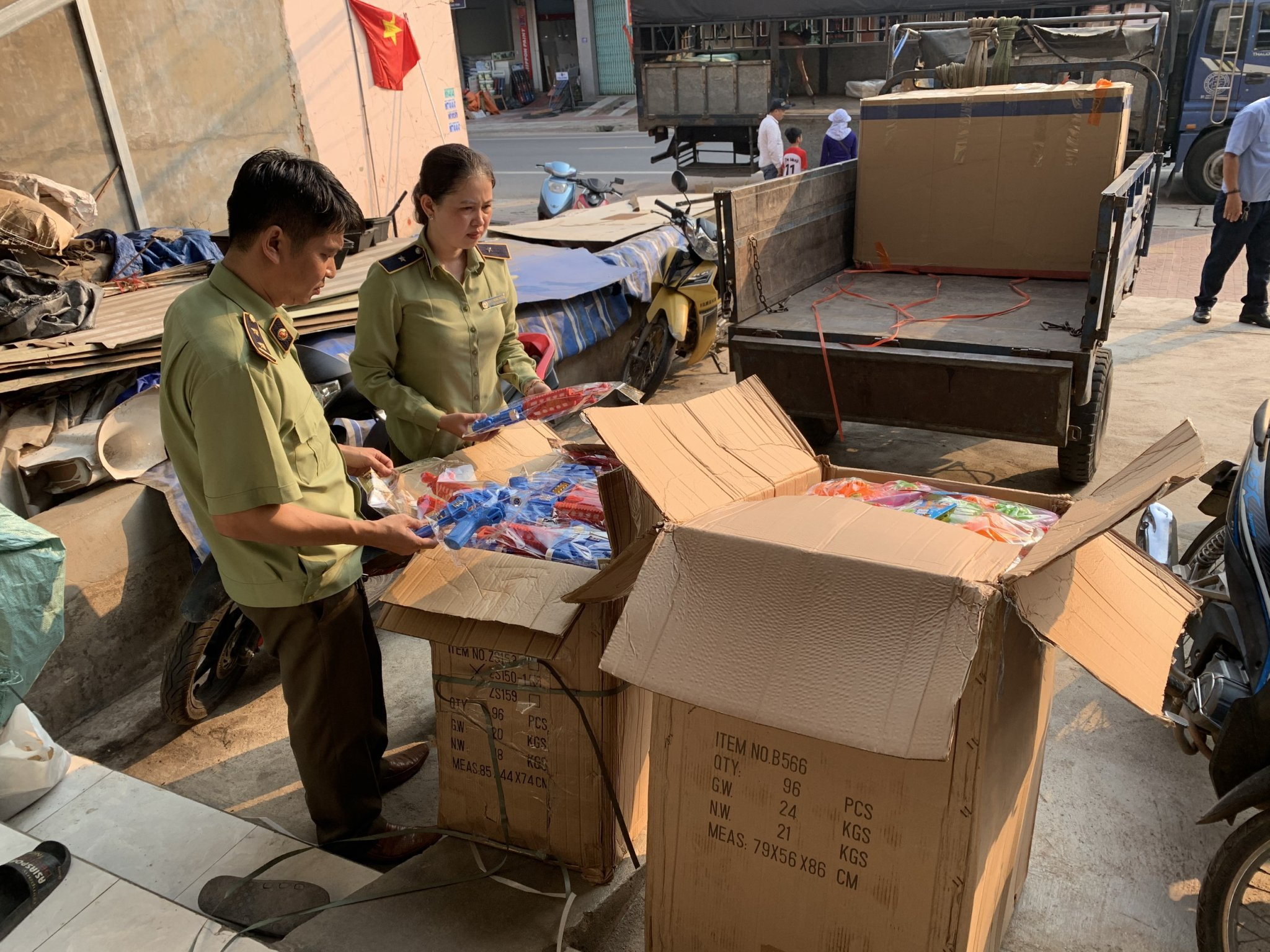Đội Quản lý thị trường số 4 tạm giữ 775 sản phẩm đồ chơi trẻ em do nước ngoài sản xuất, không có hóa đơn chứng từ, không có tem hợp quy theo quy định.