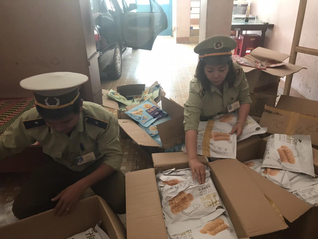 Đội Quản lý thị trường số 5 (Cục Quản lý thị trường tỉnh Bình Định) tạm giữ hàng hóa bánh kẹo không có hóa đơn chứng từ kèm theo.